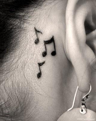 Notas musicais no pé do ouvido hehe
